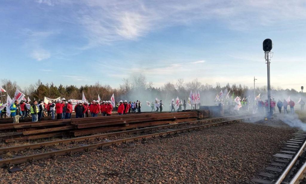 Górniczy związkowcy zablokowali tory kolejowe w Sławkowie