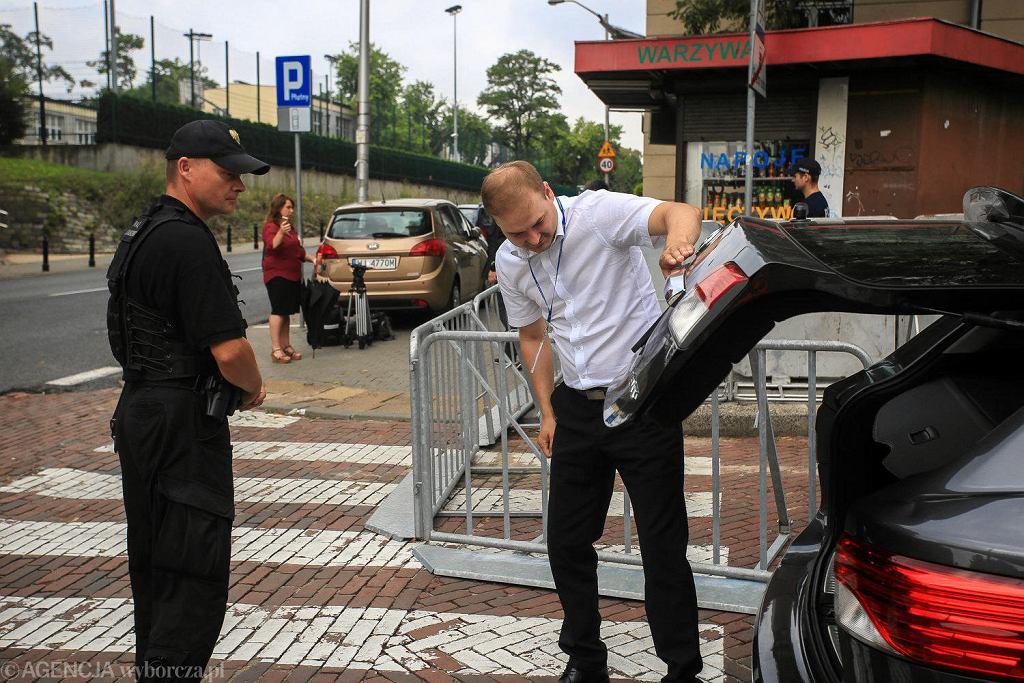 19.07.2018, straż marszałkowska kontroluje bagażniki samochodów wjeżdżających na teren Sejmu.
