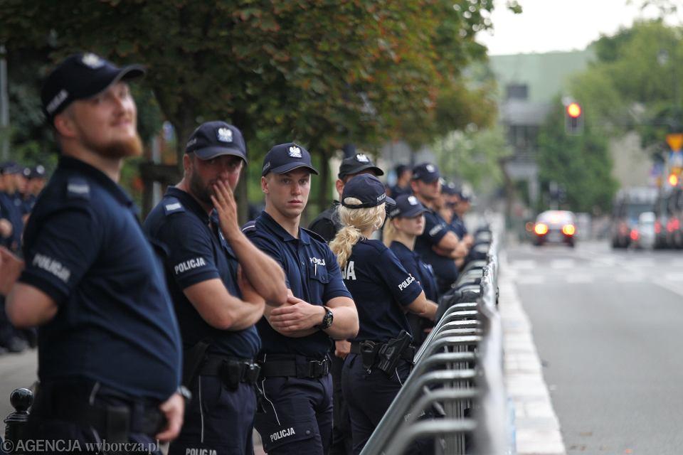 Funkcjonariusze policji obstawiają płotki odgradzające Sejm od suwerena. Warszawa, 19 lipca 2018