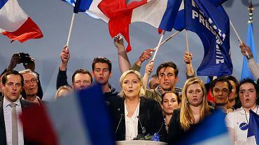 Marine Le Pen śpiewa Marsyliankę na wiecu w Bordeaux, 2 kwietnia 2017 r.