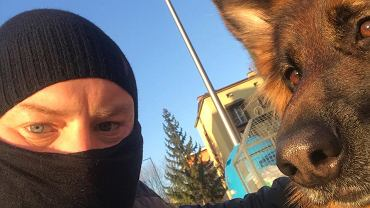 Owczarek Aliny Słowik to bardzo młody pies, który potrzebuje dużo ruchu. O jego wyprowadzanie w ramach Psiego Patrolu dba teraz raper Damian Krępa, znany również jako Bas Tajpan