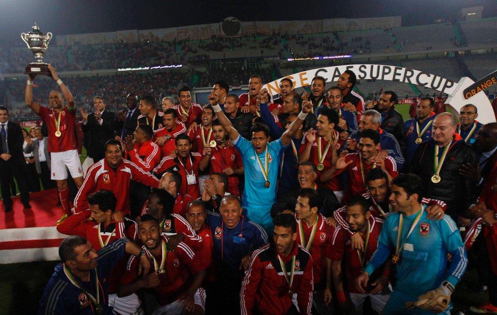 Piłkarze Al Ahly świętują trofeum