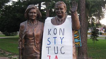 Biała Podlaska, pomnik Lecha Kaczyńskiego w koszulce z napisem 'Konstytucja'