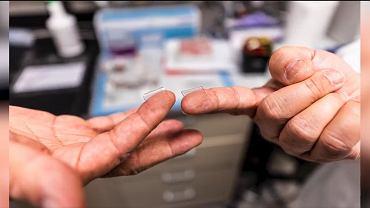 Szczepionka na koronawirusa w postaci plastra z mikroigiełkami (Twitter/@UPMCnews)