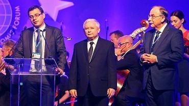 Jacek Karnowski wręcza nagrodę Jarosławowi Kaczyńskiemu