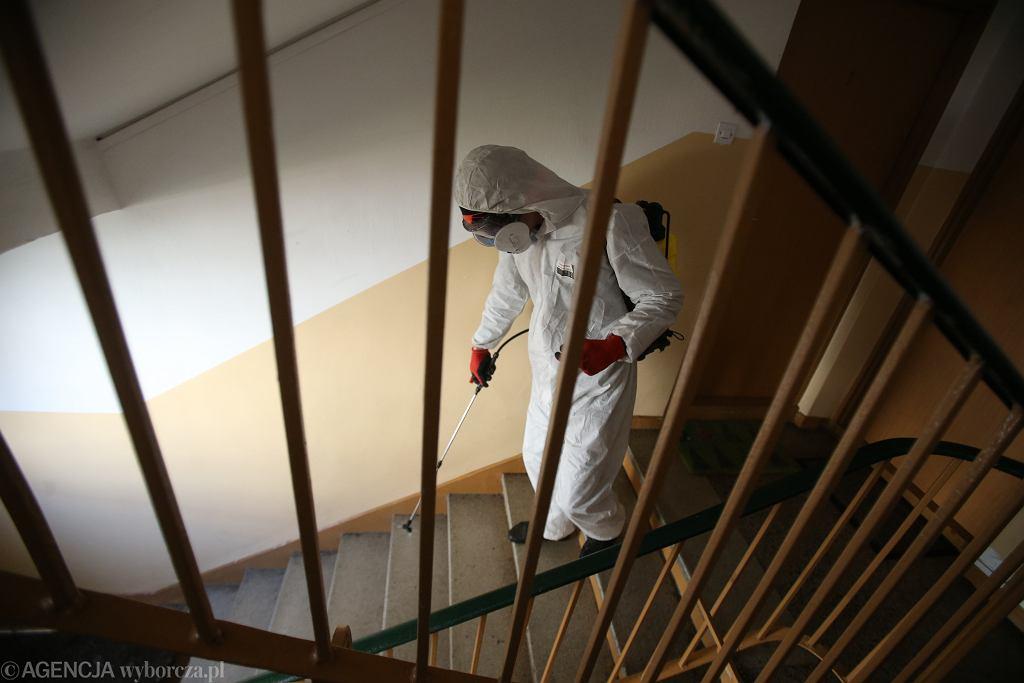 Pandemia koronawirusa. Dezynfekcja klatek schodowych w jednym ze szczecińskich bloków, 7 kwietnia 2020