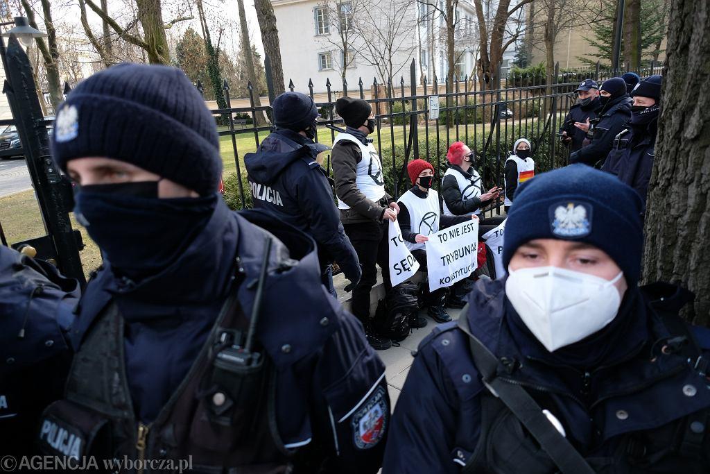 Opublikowane w Dzienniku Ustaw rozporządzenie wprowadza też zakaz udziału w zgromadzeniach. Nz protest przeciw zaostrzaniu prawa aborcyjnego pod siedzibą Trybunału Konstytucyjnego w Warszawie 10.03.2021.