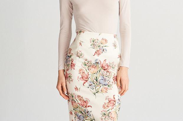 Spódnice w kwiaty to idealny wybór na lato. Są kobiece i finezyjne, a do tego zwiewne i delikatne. Koniecznie zobaczcie, jakie modele pięknych spódnic dla was przygotowałyśmy.