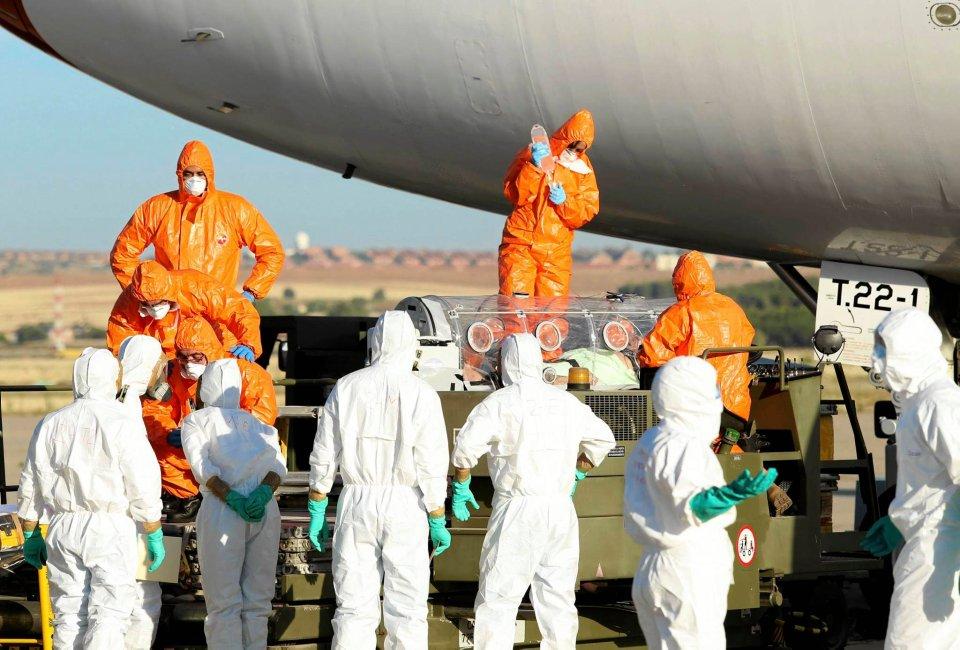 Sanitariusze przetransportowali do Hiszpanii misjonarza z objawami zakażenia wirusem ebola. Mężczyzna zmarł w Madrycie.