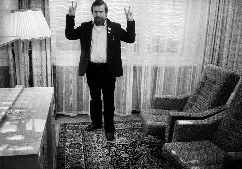 Internowany Lech Wałęsa. Zdjęcie z oryginalnego negatywu. Fotografia: Stanisław Wałęsa we wspólnej akcji z Małgorzatą Niezabitowską i Tomaszem Tomaszewskim