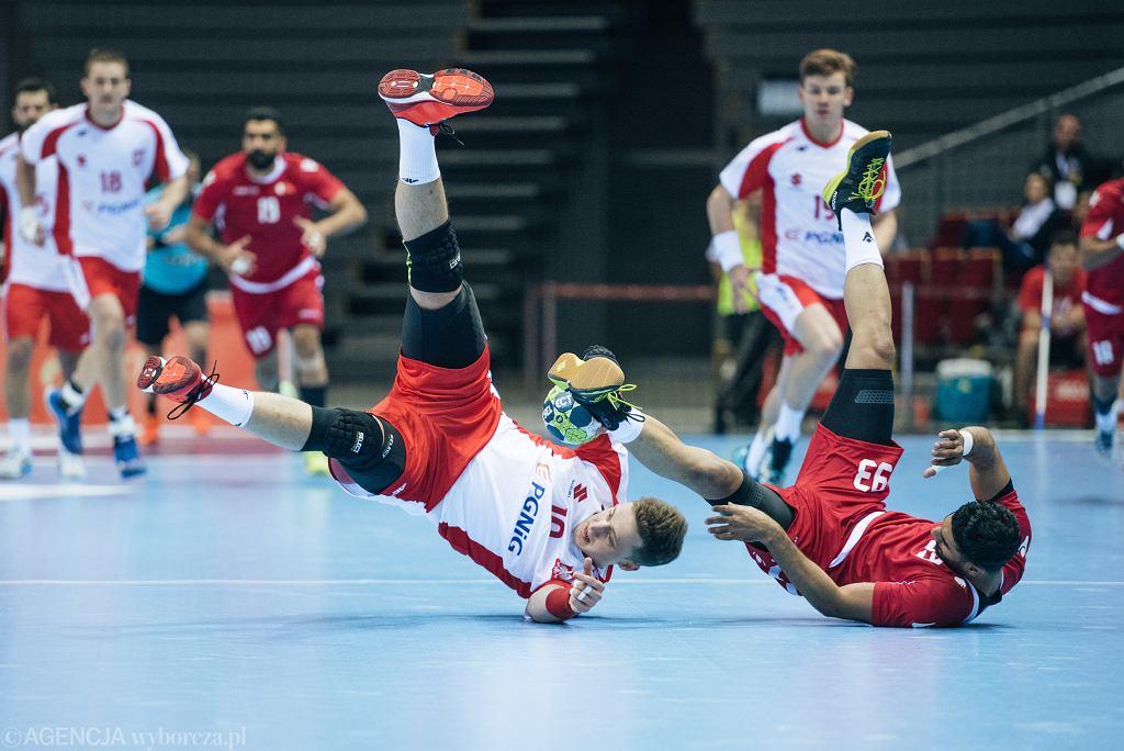 Polska - Bahrajn, piłka ręczna. Z lewej Patryk Walczak