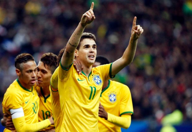 Brazil's Oscar (R) celebrates with team mates after scoring against France during their international friendly soccer match against France at the Stade de France, in Saint-Denis, near Paris, March 26, 2015. REUTERS/Charles Platiau SLOWA KLUCZOWE: :rel:d:bm:GF10000039754