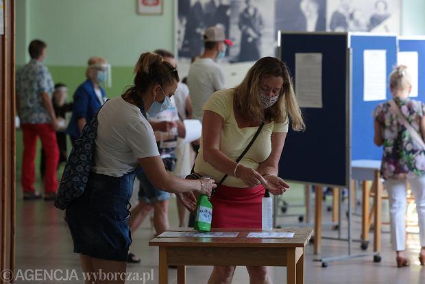 Zdjęcie numer 0 w galerii - Wybory 2020. W maseczkach, rękawiczkach i w kolejkach. Tak głosujemy w Kielcach [ZDJĘCIA]