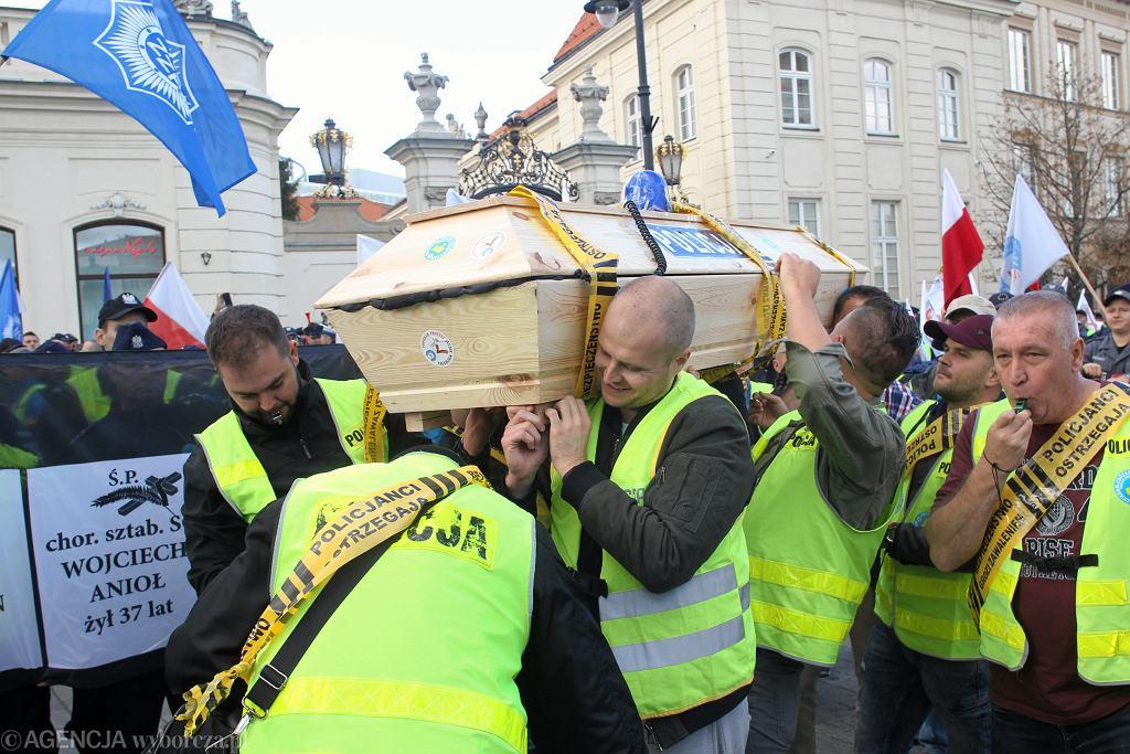 Protest służb mundurowych w Warszawie. Policjanci przynieśli trumnę pod Pałac Prezydencki