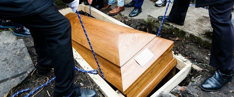 """Realia pogrzebów podczas COVID-19. """"Pod żadnym pozorem nie otwierać trumny"""""""