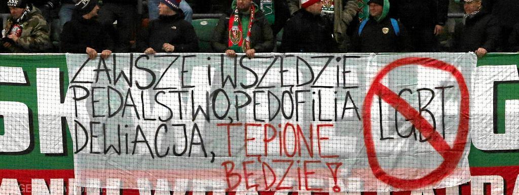 Baner homofobiczny wywieszony przez kibiców Śląska Wrocław na wyjazdowym meczu z Legią w Warszawie