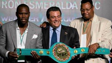 Prezydent World Boxing Council, Mauricio Sulaiman (w środku) w towarzystwie byłego mistrza świata wagi ciężkiej Larry'ego Holmesa (po prawej) i aktualnego mistrza WBC wagi półciężkiej Andonisa Stevensona (po lewej) w Mexico City zaprezentował niezwykły pas, o który 2 maja Floyd Mayweather powalczy z Mannym Pacquiao.