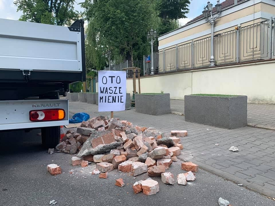 Młodzież Wszechpolska wysypała cegły pod Ambasadą Izraela w Warszawie