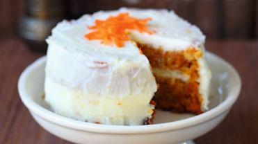 Tort marchewkowy z kremem twarożkowym