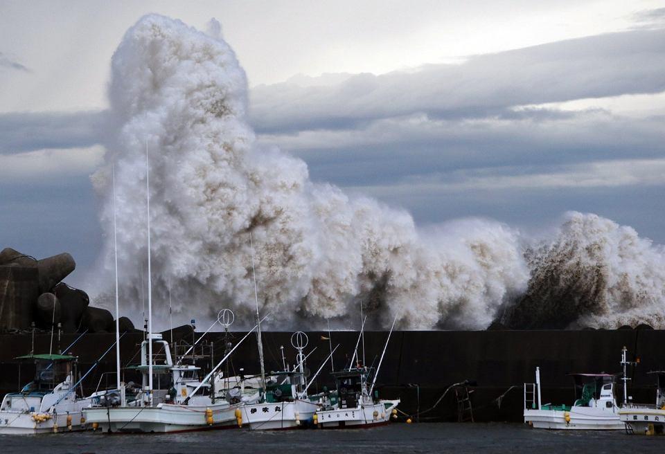 Fale wywołane przez tajfun Phanfone uderzają w portowy falochron w mieście Kihou w Japonii, 6 października 2014 r.