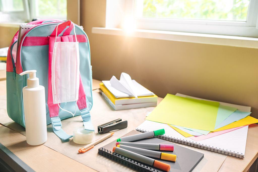 Uczniowie nie powinni pożyczać sobie przyborów szkolnych.