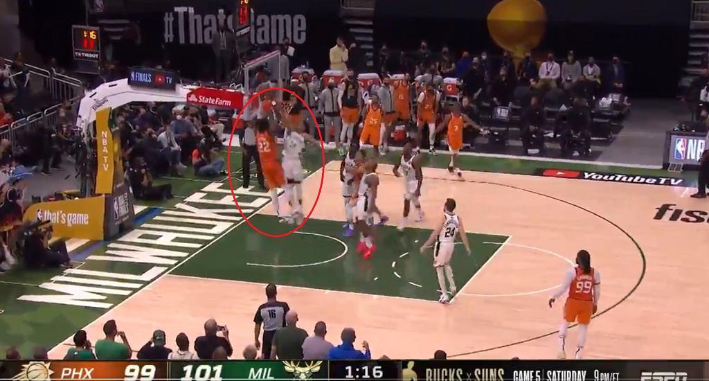 Fenomenalny blok Antetokounmpo na Aytonie dał zwycięstwo Bucks w czwartym meczu finałowym NBA.