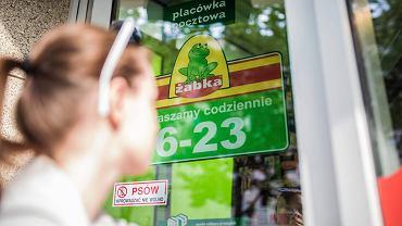 Placówka pocztowa w sklepie Żabka. Warszawa, ul. Wspólna, 15 maja 2018
