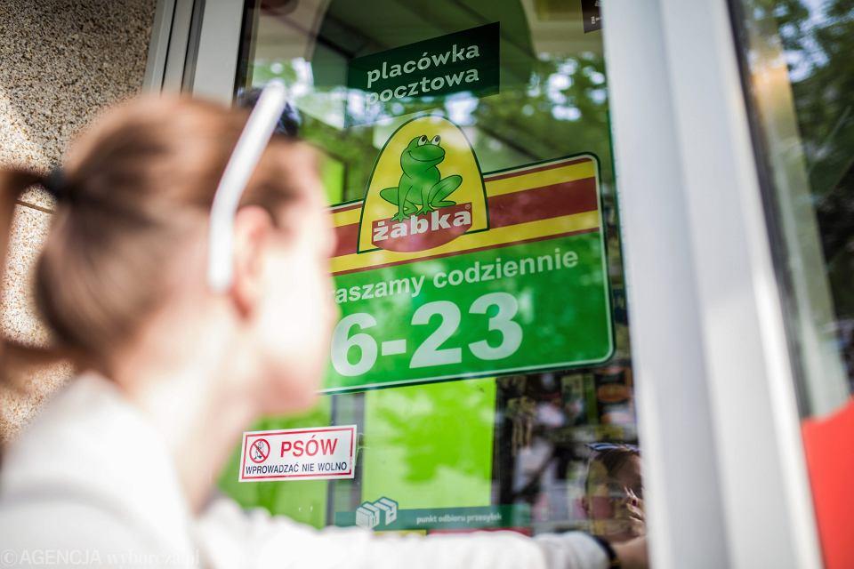 Pracują po kilkanaście godzin dziennie przez siedem dni w tygodniu, wykonują każde polecenie sieci Żabka, a mimo to mają do spłaty długi opiewające na 50, 100 czy nawet 200 tys. zł. Partia Razem chce zmian w prawie, które będą chronić franczyzobiorców Żabki i innych sieci.