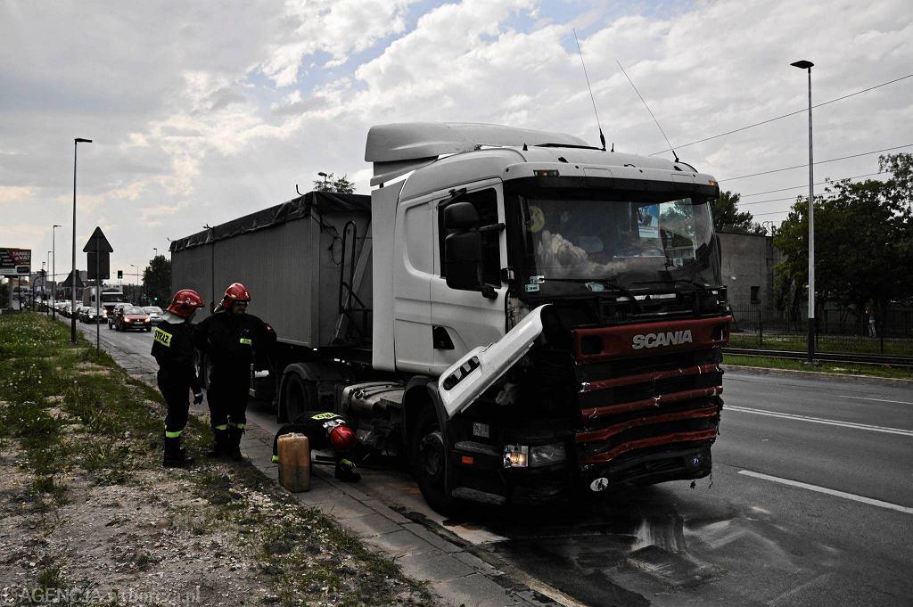 Wypadek w Krakowie: tir staranował auta osobowe