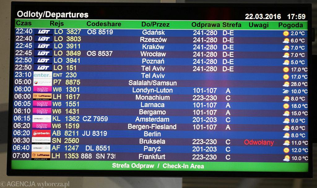 Tablica z rozkładem odlotów na Lotnisku Chopina