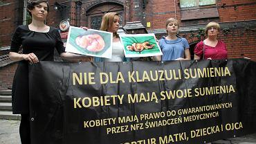 Popieranie klauzuli sumienia od dawna wywołuje protesty - zwłaszcza kobiet-pacjentek. Obawiają się braku dostępu do świadczeń i nieposzanowania ich zdrowia i decyzji. Na zdjeciu - protest we Wrocławiu w 2014 roku