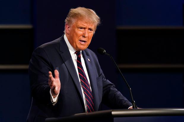 Prezydent Donald Trump przemawia podczas pierwszej debaty prezydenckiej z byłym wiceprezydentem Joe Bidenem, kandydatem na prezydenta Demokratów (fot. Patrick Semansky / AP Photo)