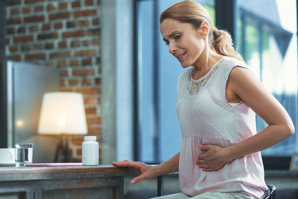 Ostry brzuch objawia wzdętym, twardym brzuchem oraz silnym bólem