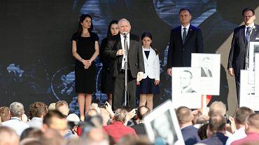 Prezes PiS Jarosław Kaczyński, prezydent RP Andrzej Duda, oraz Marta Kaczyńska z dziećmi - 8. rocznica katastrofy smoleńskiej, odsłonięcie pomnika na Placu Piłsudskiego. Warszawa, 10 kwietnia 2018