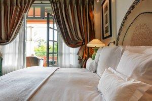 Aranżacja okien w sypialni: rolety, zasłony, a może żaluzje?