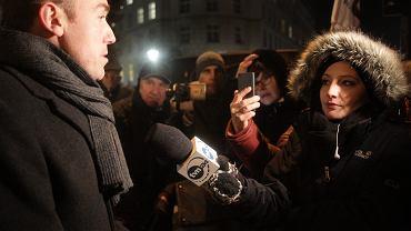 Poseł Borys Budka podczas pikiety zwolenników demokracji - pod Sejmem