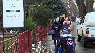 Młodzież na miejscu piątkowej tragedii w Koszalinie