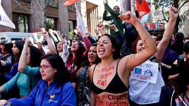 Zwolennicy liberalizacji antyaborcyjnego prawa świętują zwycięstwo na ulicach Santiago. Napis na ciele jednej z demonstrantek głosi: 'W XXI wieku o moim ciele wciąż decydują inni!'.