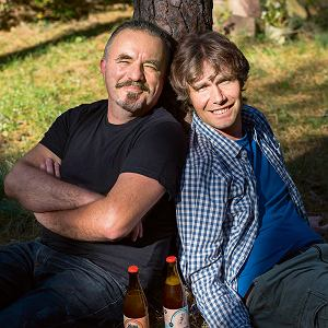 Od lewej: Grzegorz Święcicki i Bartłomiej Szołajski. - Naszym marzeniem jest, bymałych browarów było wiele jak kiedyś. Abywszyscy mogli pić piwo zrobione niedaleko swoich domów. To jest możliwe, jeśli udaje się pogodzić pracę zawodową zwarzeniem piwa. Dlatego też jesteśmy browarem weekendowym.
