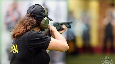 Zajęcia ze strzelania w Szkole Policji w Katowicach. Instruktorowi, który je tam prowadził, przedstawiono zarzuty w śledztwie dotyczącym handlu amunicja i bronią.