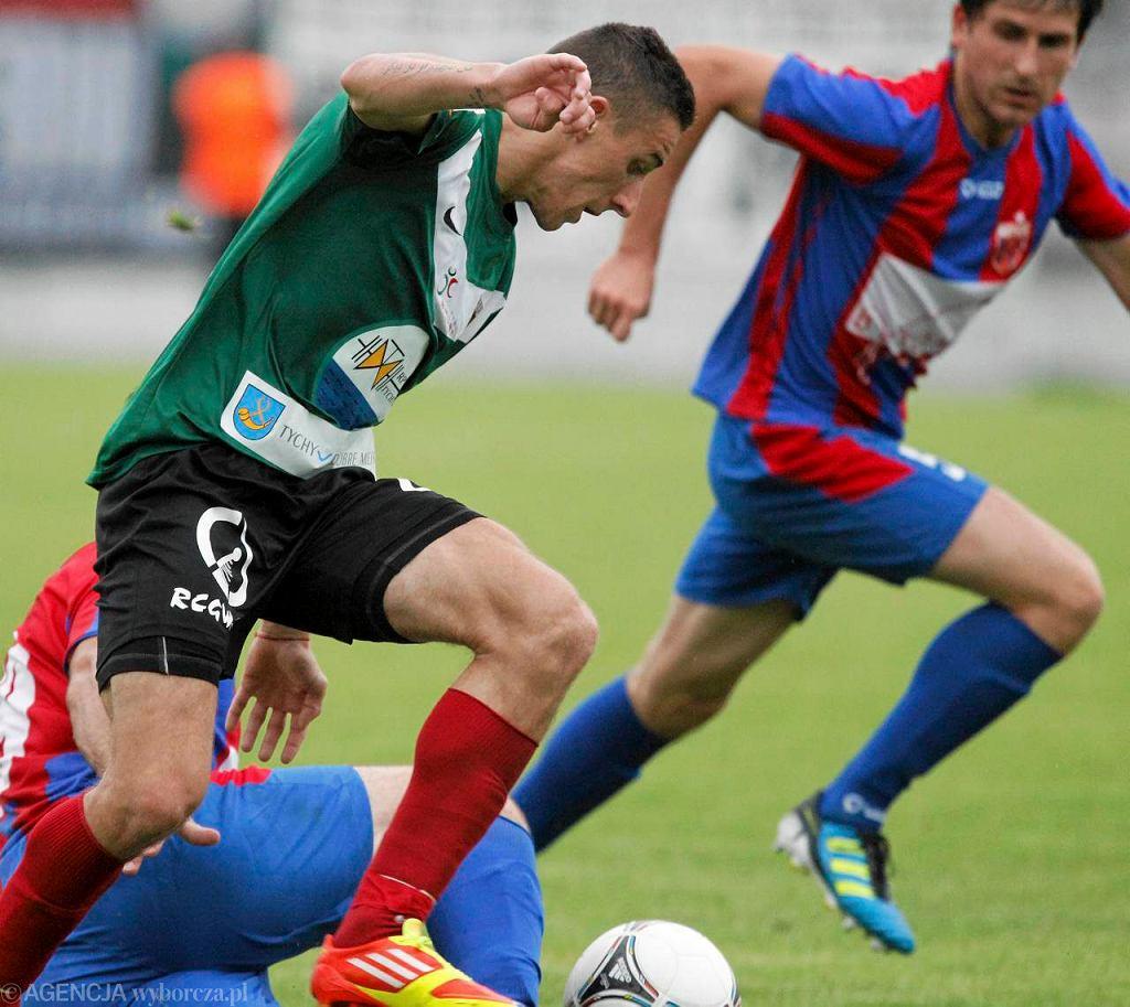 Jakub Bąk (przy piłce) zdobył gola dla tyszan w sparingu