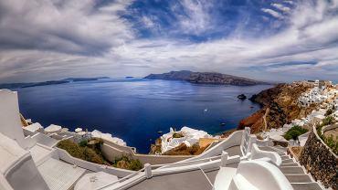 Na Grecję, a szczególnie wyspy greckie, nigdy nie jest za późno. Ba, nawet lepiej zaplanować ją po wakacjach, kiedy znikają stamtąd tłumy turystów. Jeżeli jeszcze nie mieliście okazji ruszyć po przygodę do Grecji, zróbcie to teraz. Podpowiadamy najciekawsze punkty na mapie wysp greckich. Na zdjęciu widać Firę, skomercjalizowaną do granic, a mimo to zachwycającą, stolicę wyspy Santorini. Fira leży wysoko ponad morzem, wtulona w czerwono czarne urwisko. Jej wąskie alejki i schodki balansują na krawędzi przepaści, otoczone białymi domami. Z ich maleńkich tarasów rozpościerają się nieporównywalne z niczym widoki na kalderę i morze. O zmroku, tuż po zachodzie słońca, widok jest jeszcze bardziej niesamowity - miriady światełek migocą na klifie na tle ciemnoczerwonego nieba i rudobrunatnych skał.