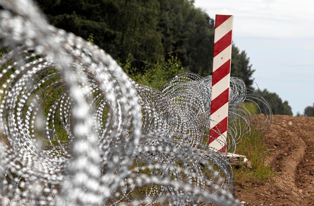 Zasieki z drutu kolczastego - zalążek przyszłego 'Płotu Błaszczaka' na granicy polsko-białoruskiej, 24 sierpnia 2021