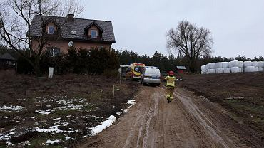 Trzyletni chłopiec wpadł do szamba we wsi Lorki. Trwa walka o jego życie