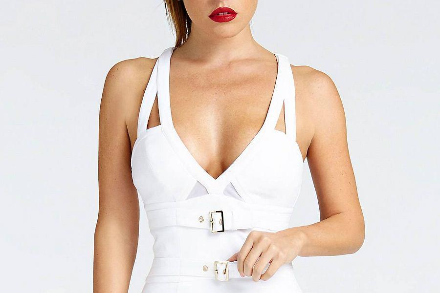 biała sukienka z klamrami