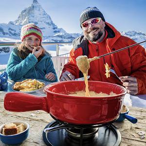 Klasyczne szwajcarskie fondue szczególnie dobrze smakuje na świeżym mroźnym powietrzu