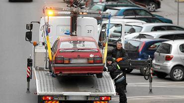 Koniec z parkowaniem na chodnikach? Propozycja zmian w przepisach trafiła do Sejmu