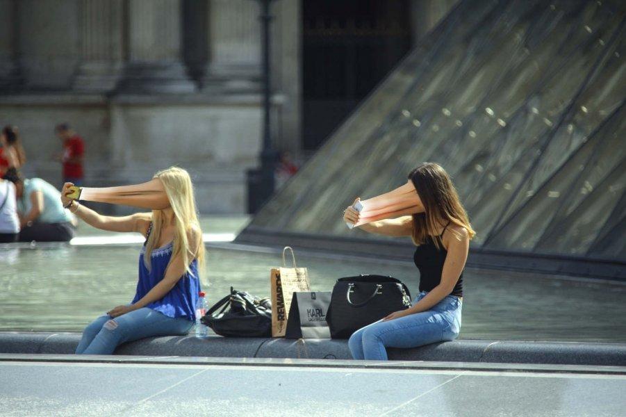 Fotografie Geigera przedstawiają przechodniów, których twarze zostały zmodyfikowane tak, by wyglądały jak wessane przez smartfony