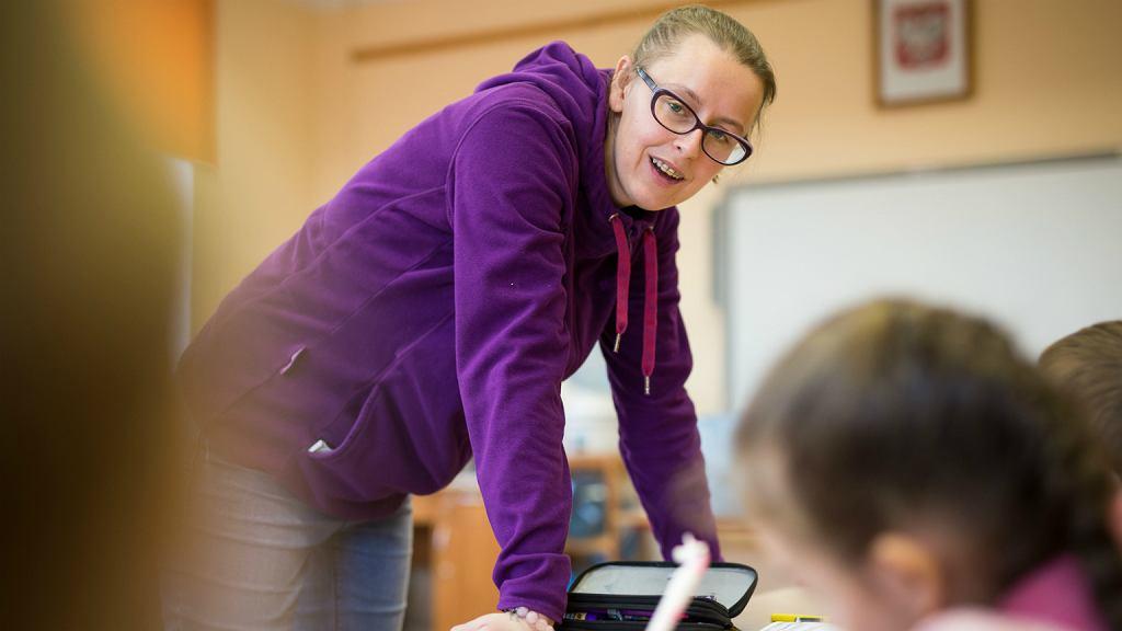 Ewa Pierścieniak podczas lekcji w szkole