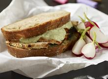 Kanapka z marynowanym kurczakiem i ziołowym majonezem - ugotuj